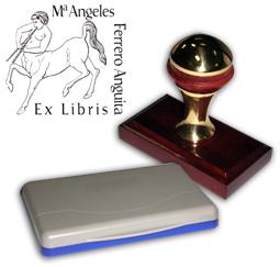 Ex Libris Modelo 12 - Ex Libris modelo 12 , incluye el mango de madera caoba y latón pulido, tamaño 62 x 38 mm, almohadilla y bolsa limosnera.