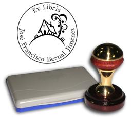 Ex Libris Modelo 16 - Ex Libris modelo 16 , incluye el mango de madera caoba y latón pulido, tamaño 40 mm de diametro, almohadilla y bolsa limosnera.