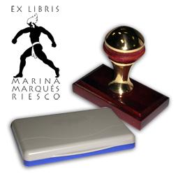 Ex Libris Modelo 27 - Ex Libris modelo 27 , incluye el mango de madera caoba y latón pulido, tamaño 62 x 38 mm, almohadilla y bolsa limosnera.
