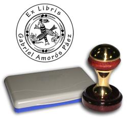 Ex Libris Modelo 28 - Ex Libris modelo 28 , incluye el mango de madera caoba y latón pulido, tamaño 40 mm de diametro, almohadilla y bolsa limosnera.